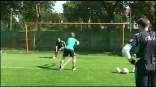 Doppelaktion rechts flacher und links halbhohen Ball fangen