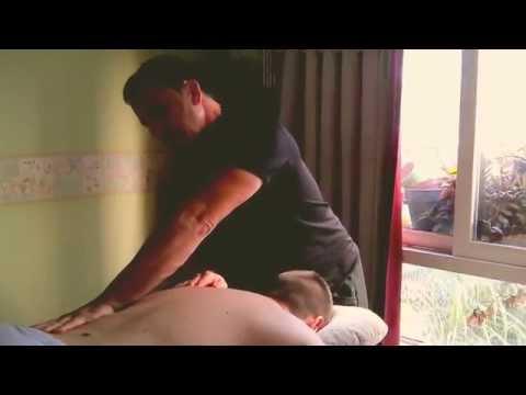 Masaje relajante masculino con aceites
