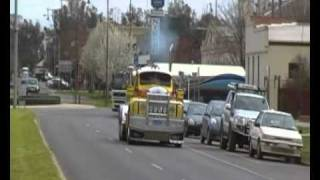 preview picture of video 'MACK B-MODEL TRUCK HEADS THROUGH ECHUCA IN 2010'