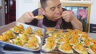 Pork is too expensive to eat seafood, 500g garlic 30 scallops, two people rush to eat