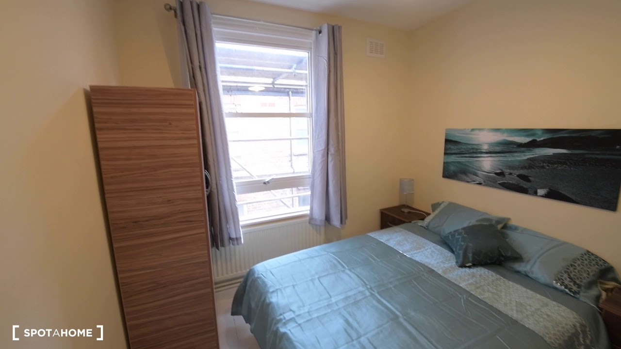 Double bed in Rooms to rent in tidy 3-bedroom flat in Clapton