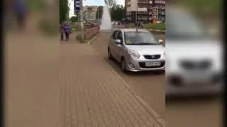 В Ярославле посреди проезжей части забил фонтан