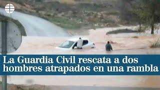 La Guardia Civil rescata a dos hombres atrapados en una rambla en Requena
