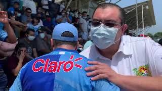 Walter Nájera recibido con júbilo por aficionados en el Estadio de Santa Lucía