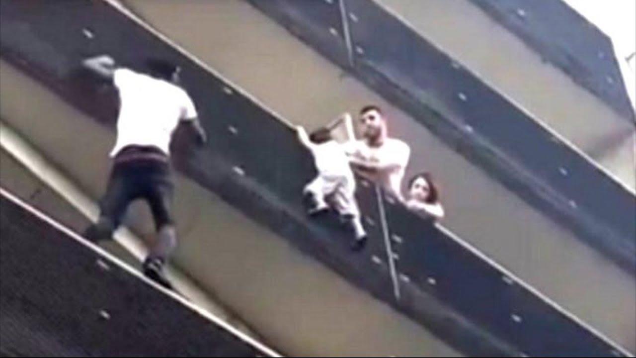 В Париже человек-паук (иммигрант из Африки), спас  ребенка, повисшего на 4-м этаже