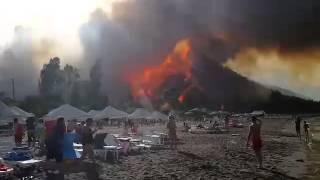 Смотреть онлайн Лесной пожар в Анталии спустился к пляжу 29.06.2014