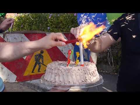 Građani slavili rođendan rupi, nadležni je odmah asfaltirali (video)