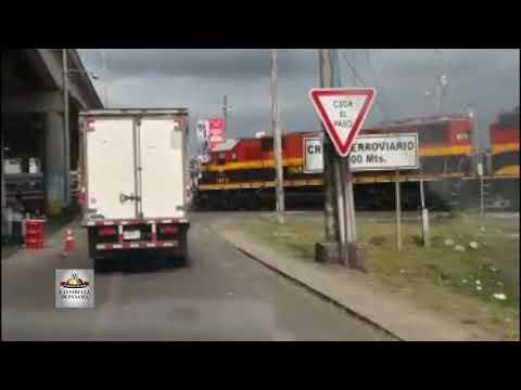 Impactante imagen justo cuando un tren en Colón choca contra una camioneta