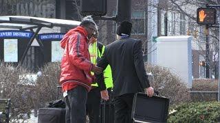Смотреть онлайн Розыгрыш: парень растерял деньги из чемодана