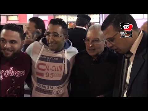 جماهير الأهلي تلتقط الصور التذكارية مع «زيزو» ومحمد سراج