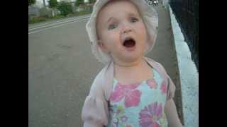 двухлетняя девочка поет и танцует, смешно!
