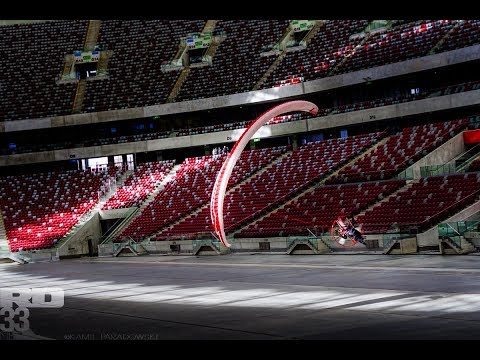 hqdefault - Vuelo con un paramotor dentro de un estadio cubierto