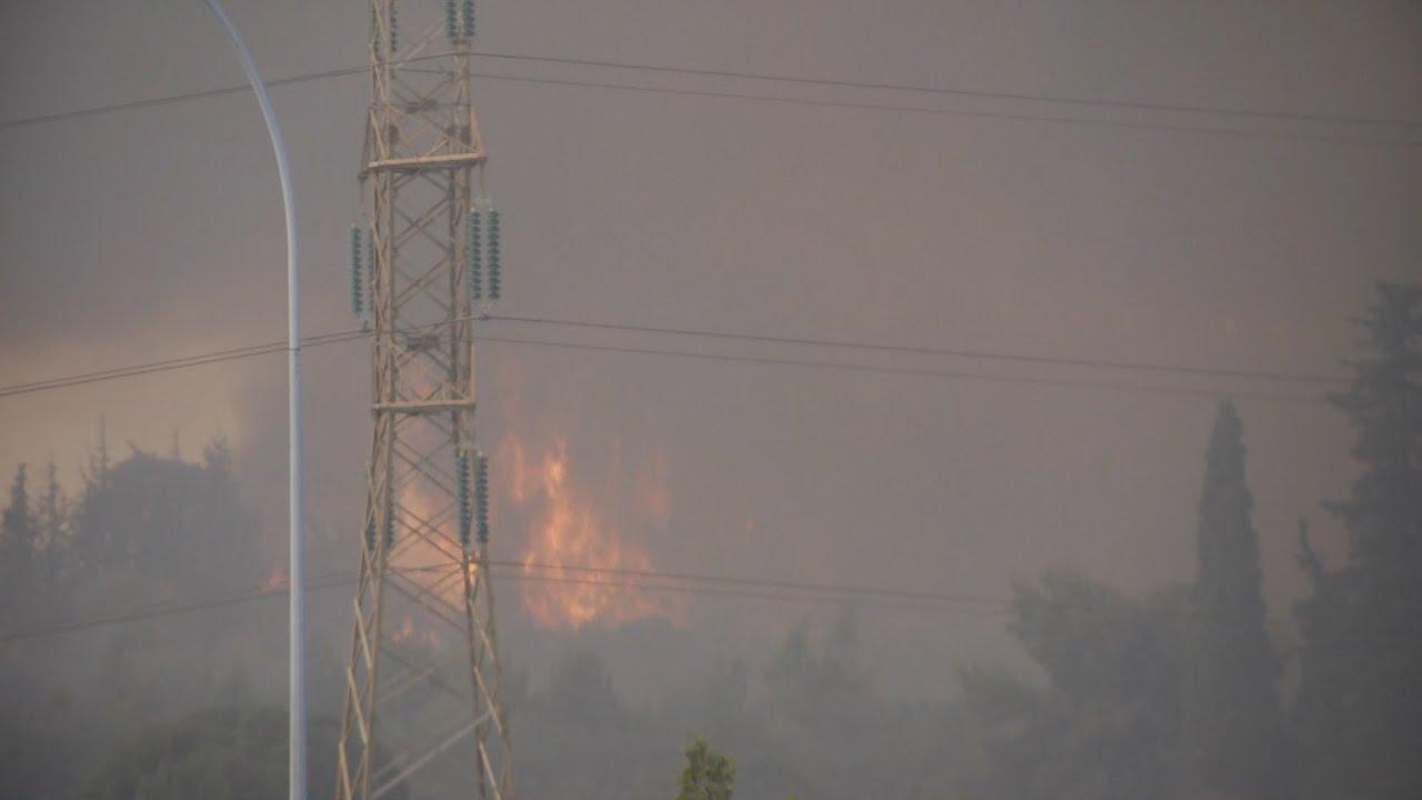 Ανεξέλεγκτη η φωτιά  στη Βαρυμπόμπη – Εκκενώνεται η περιοχή
