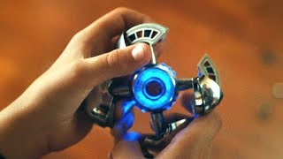 小男孩捡到一个外星遥控器,按动按钮,就能操控人类!速看科幻电影《楼上的外星人》