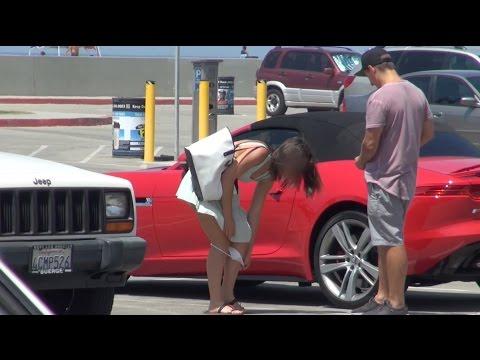 這名男子在街上要求陌生女子脫下內褲給他.....
