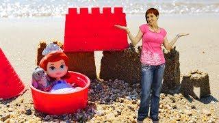 Принцесса София - Поехали, посмотрим - замок из песка