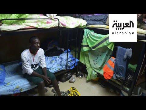 العرب اليوم - شاهد: عمال في قطر يستغيثون ويؤكدون أنهم يعيشون حياة السجون