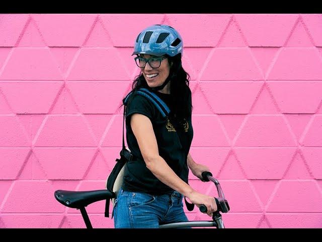 Видео Шлем велосипедный Abus Hyban 2.0 Living Coral