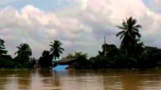 preview picture of video 'Flood in Surat Thani - Boattrip from Surat Thani to Phun Phin on the Tapi River 5of5 - 03.04.2011'