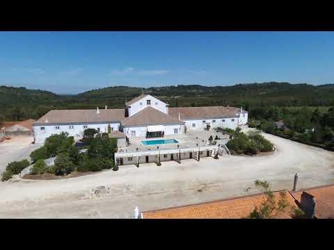 Quinta com 65,8 hectares em pleno Parque Natural da Arrábida, com casa apalaçada do século Xix