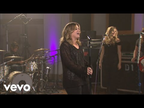 Kelly Clarkson - My Life Would Suck Without You (Walmart Soundcheck 2009)