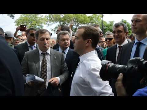 Фото Медведев крымским пенсионерам: ДЕНЕГ НЕТ, НО ВЫ ДЕРЖИТЕСЬ!