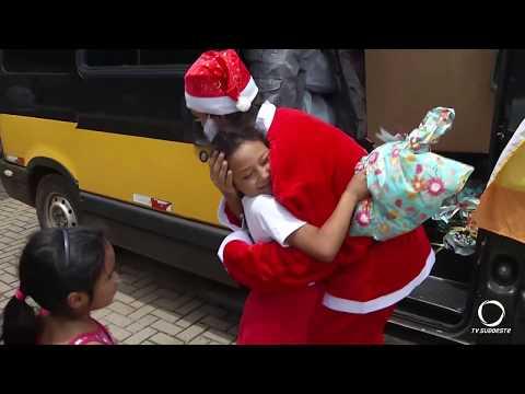 Grupo de ciclismo Quebra Freio entrega brinquedos para crianças do Remando da Pedreira