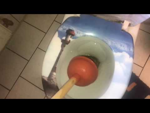 Mit Saugglocke den Abfluss der Toilette frei bekommen Rohr Verstopfung lösen mit Pümpel Anleitung