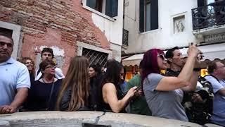 Камчатские артисты остановили движение по одному из каналов в Венеции