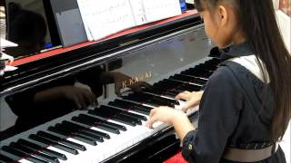 2014-07-13 Pianist playing in shopping mall, Hua Hin