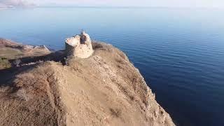 Таинственный и неповторимый замок в Крыму на самом берегу моря. Пейзажи вокруг завораживают.