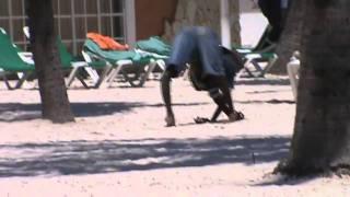 preview picture of video 'Hombre camina raro en boca chica y una cosita, Limando.com'