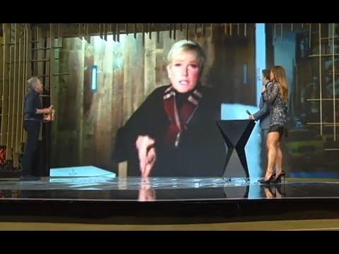 Xuxa Meneghel presenteia Roberto Justus com celular de última geração