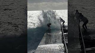 ER wird von der Welle erwischt! | #hochformat