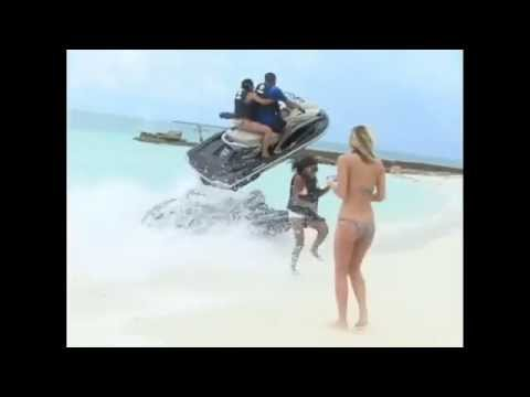快艇沖上岸,女乘客彈飛