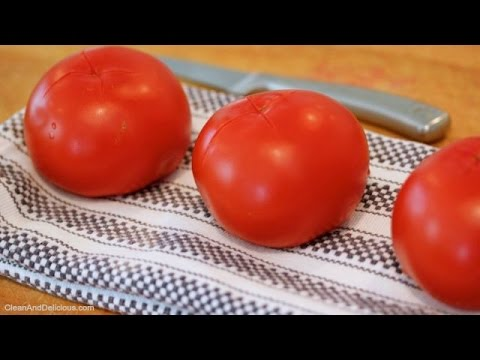 Πως να βγάλετε τη φλούδα και τα σποράκια της ντομάτας