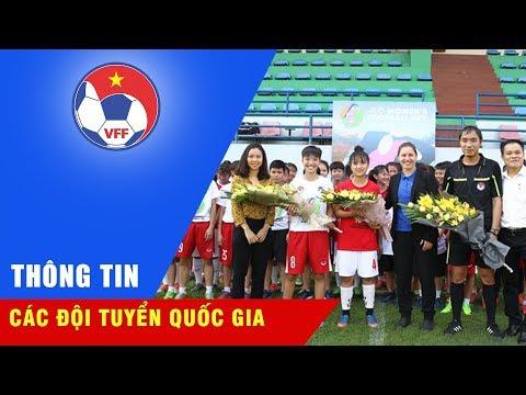 Bà Belinda Wilson - chuyên gia bóng đá nữ FIFA tặng quà cho tuyển trẻ nữ Việt Nam