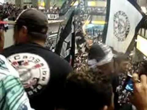 Torcida do Corinthians invade o saguão do Aeroporto e faz uma festa histórica