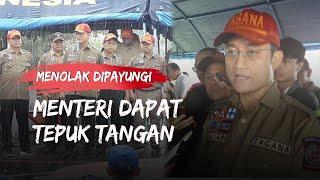 Menolak Dipayungi Ajudan, Menteri Juliari Pilih Hujan-hujanan, Anggota Tagana Langsung Tepuk Tangan