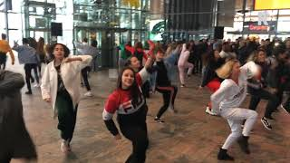 Afrojack geeft verassingsoptreden op Rotterdam Centraal