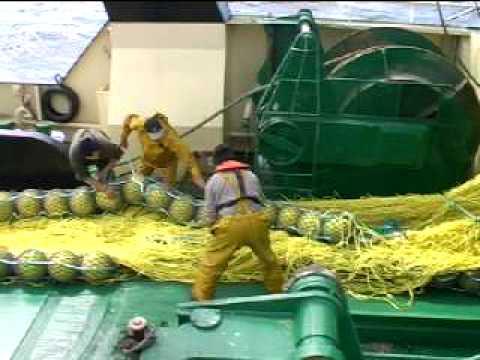Pesca de arrastre: paño de red y flotadores sobre cubierta