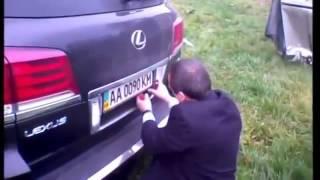Министерский Лексус проткнуло отбойником