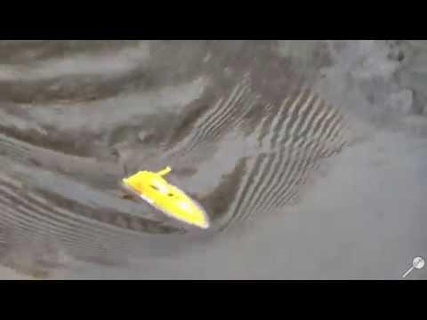 Как плавает лодка на радиоуправлении Huan Qi 958