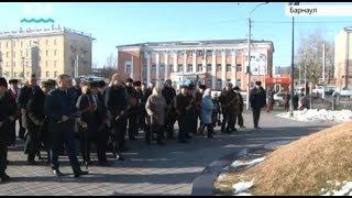 Виктор Томенко и первоцелинники возложили цветы к памятнику переселенцам на Алтай