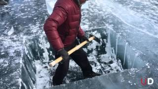 Смотреть онлайн Люди занимаются дайвингом на Байкале