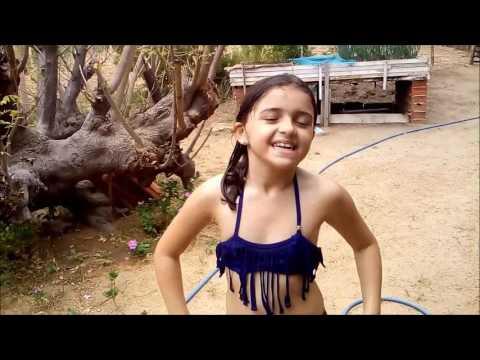 Criança x adolescente - banho de piscina
