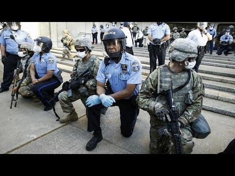 ΗΠΑ: Κίνηση υψηλού συμβολισμού – Αστυνομικοί γονατίζουν μπροστά σε διαδηλωτές…