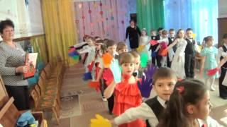 Яркий вход на утреннике в детском саду, Разноцветные ладошки
