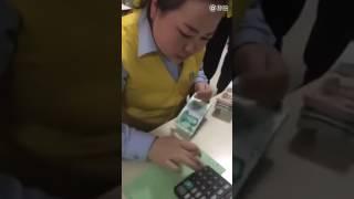 Китайская человекоподобная машина для подсчёта денег