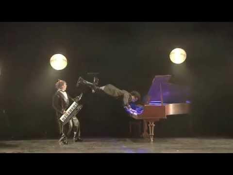 Ces deux pianistes se lâchent sur scène avec une seule ambition : mélanger musique, magie moderne...